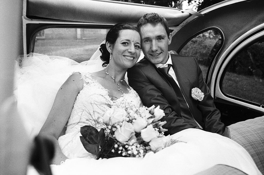 photo noir et blanc argentique mariés dans 2 CV