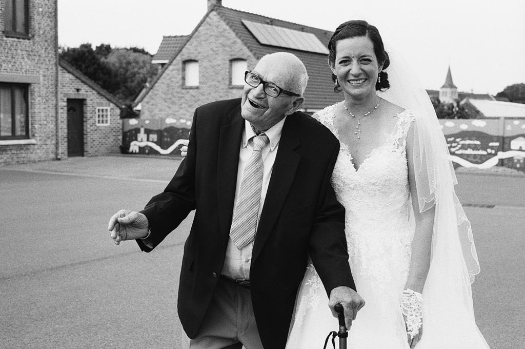 portrait argentique noir et blanc sur le vif photographe mariage Lille spécialisé noir et blanc