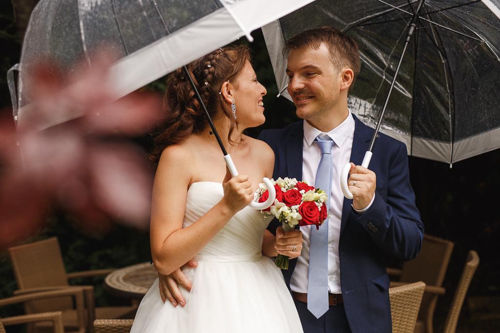 séance couple un jour de pluie regard des amoureux mariage entre Tourcoing et Marcq-en-Barœul