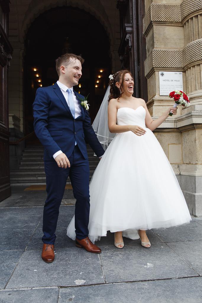 rire du couple de jeunes mariés à la sortie de mairie Tourcoing photographe mariage Lille Nord
