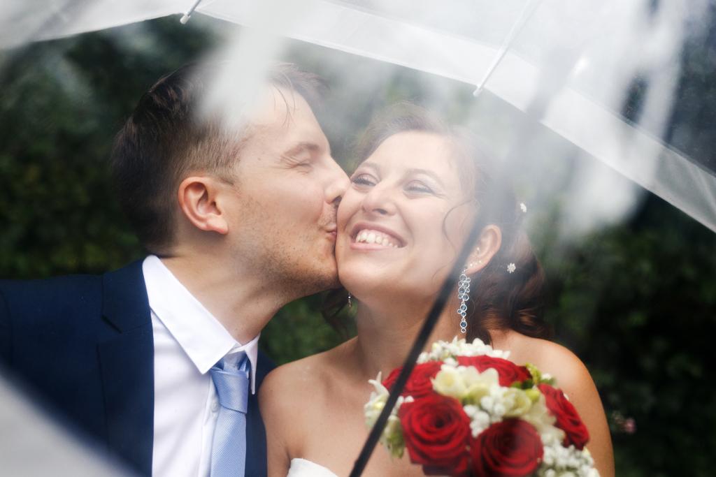 portrait sous parapluie mariage entre Tourcoing et Marcq-en-Barœul
