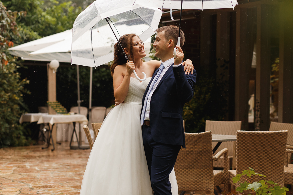 mariage entre Tourcoing et Marcq-en-Barœul sous la pluie séance couple parapluies transparents