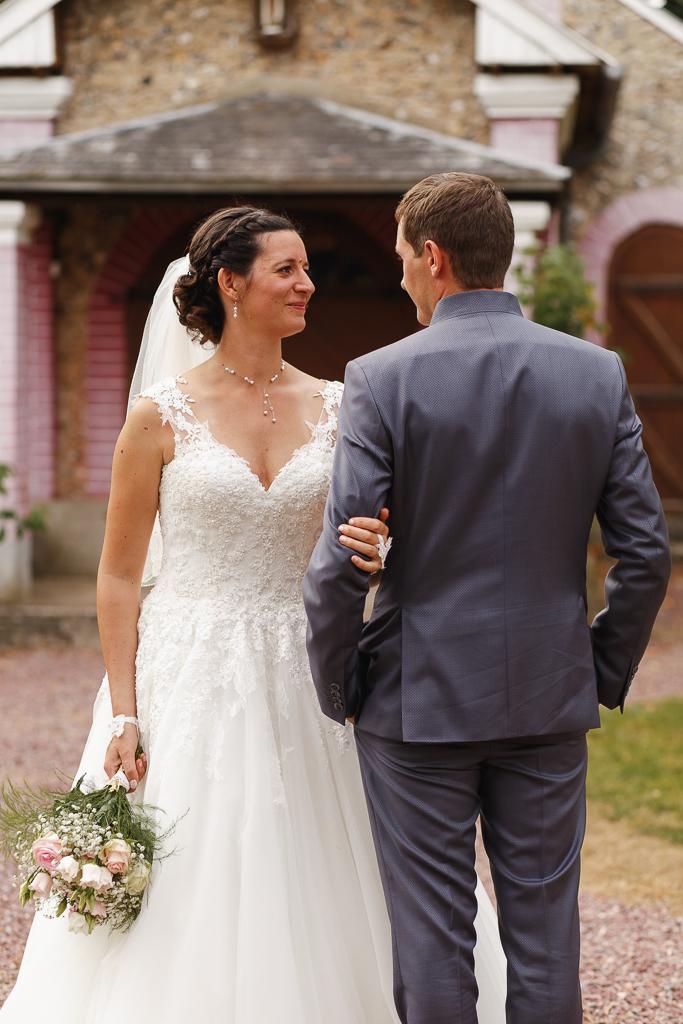 portrait des jeunes mariés devant chapelle Licques photographe pro Lille Nord