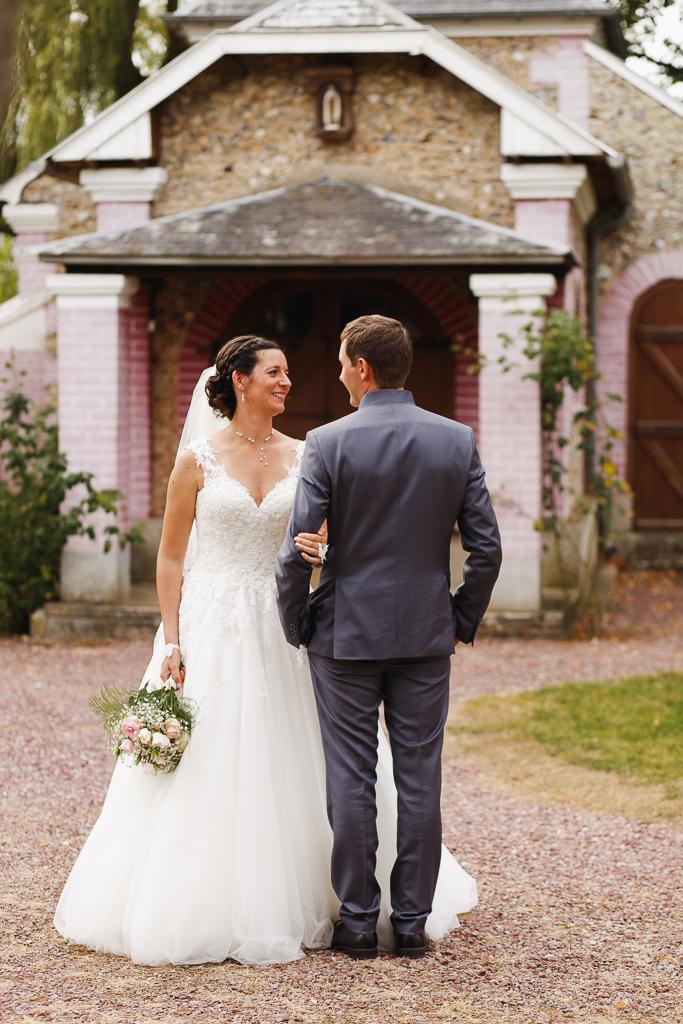 séance couple jeunes mariés chapelle Licques photographe mariage Lille Nord