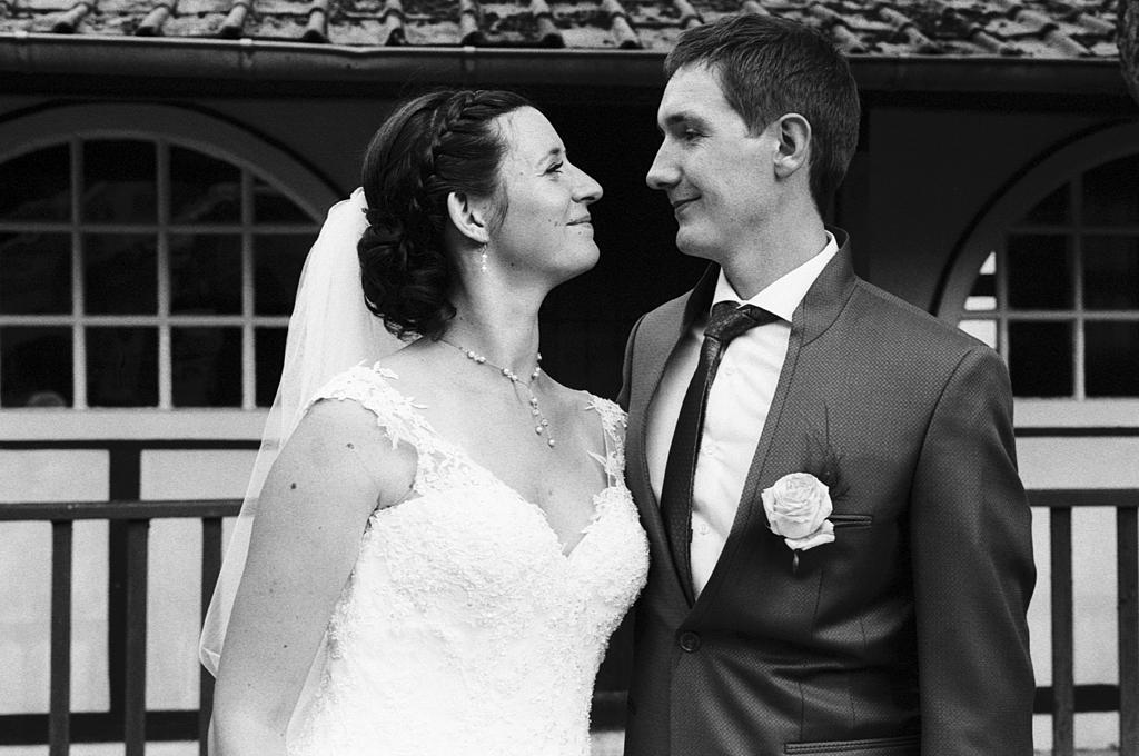 portrait couple en noir et blanc argentique photographe mariage pro Fred Laurent