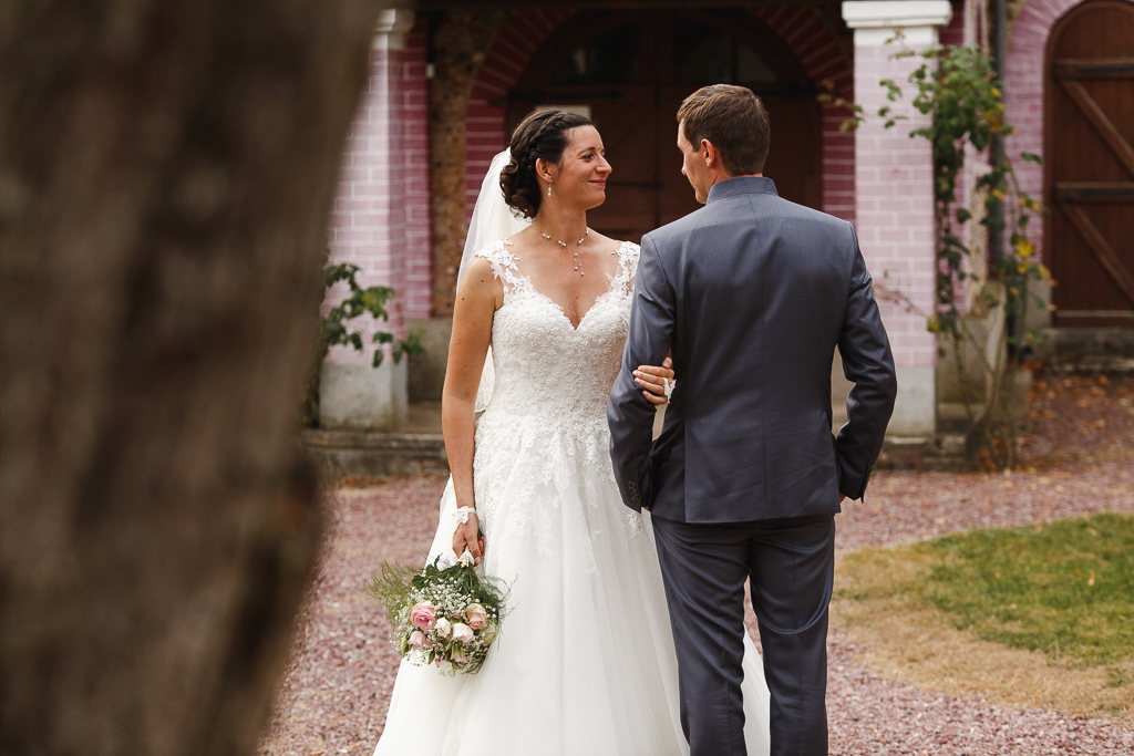 shooting mariage à la chapelle mariée de face marié de dos