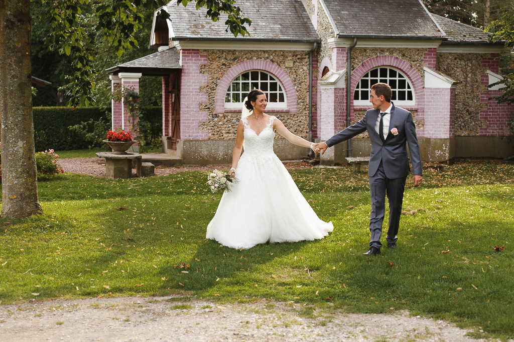 séance couple à la campagne mariés se baladent devant chapelle Fred Laurent photographe Lille Nord