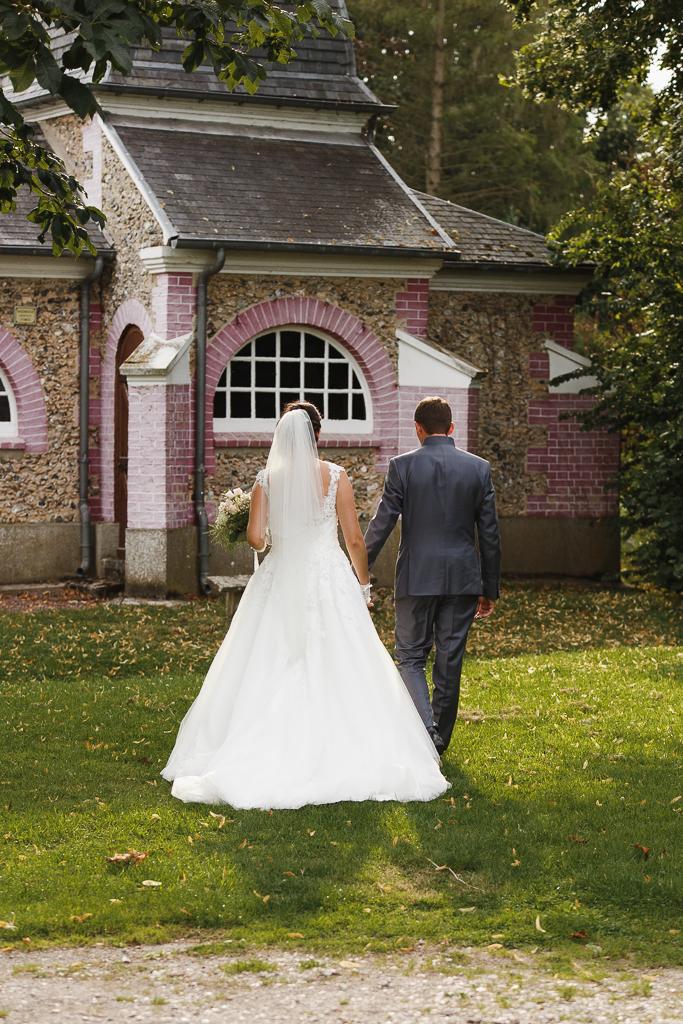 séance parc chapelle proche Licques mariés de dos photographe mariage pro Lille Nord HDF