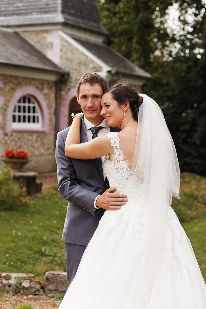 séance photo couple devant chapelle mariage à la campagne au cœur des Trois Pays