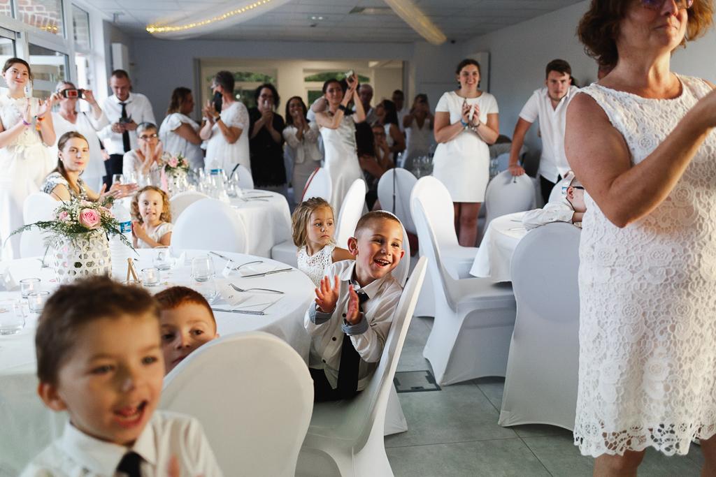 soirée mariage applaudissements invités en blanc