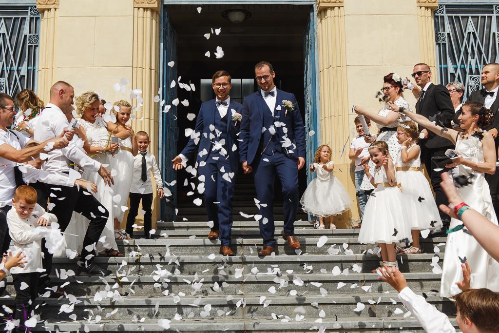 sortie sous les confettis blancs forme de cœur mariage à Aulnoye-Aymeries Hauts-de-France Fred Laurent photographe