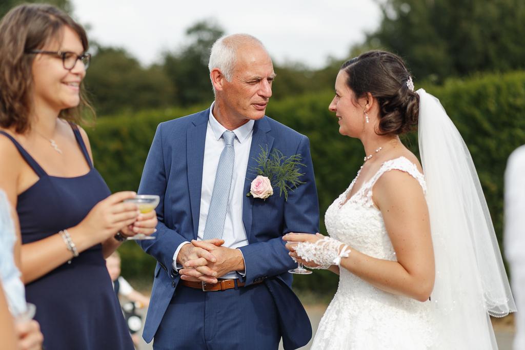 scène vin d'honneur père et mariée mariage à Licques Pas de Calais