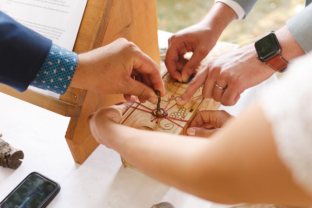Cérémonie laïque avec officiant pose de la cire sceller les vœux des mariés. Rituel de mariage. Photographe Belgique.
