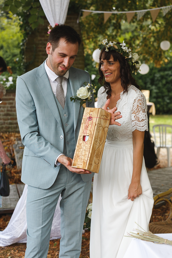 cérémonie laïque mariés et la bouteille scellée rituel du vin. Mariage en extérieur Belgique.