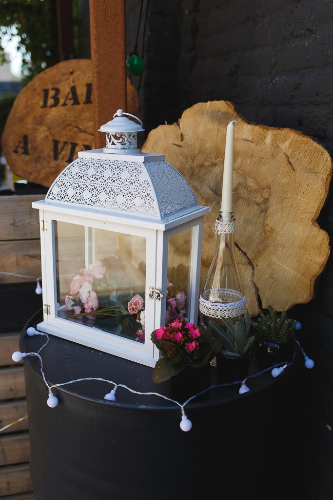détail déco mariage plein air bougie fleurs lampions esprit guinguette et thème champêtre