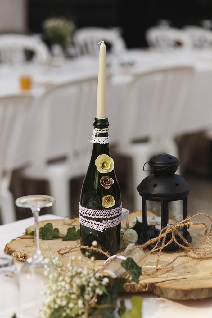 détail déco table mariage extérieur bouteille bougie lampe planche en bois