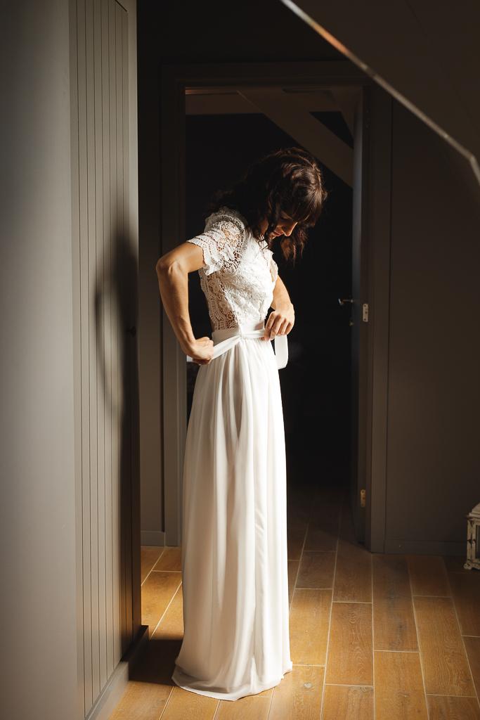 habillage de la mariée au domaine de la Ragotière à Tournai. Mariage dans l'esprit guinguette avec déco champêtre