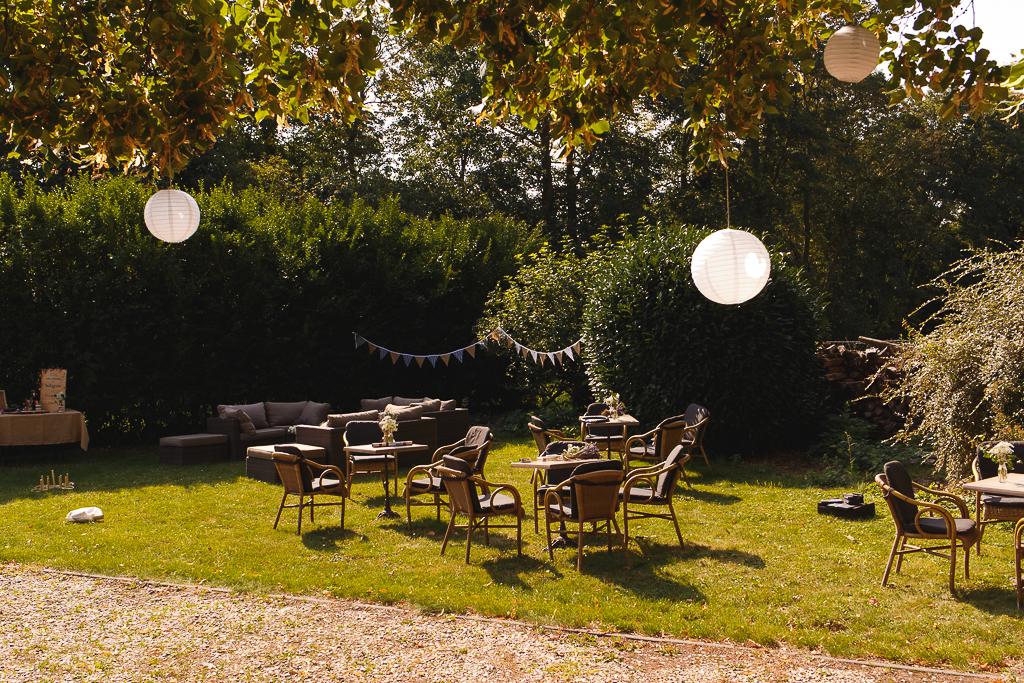 jardin de la ragotière à Froyennes en Belgique jour du mariage lampions et salons de jardin pour la déco champêtre