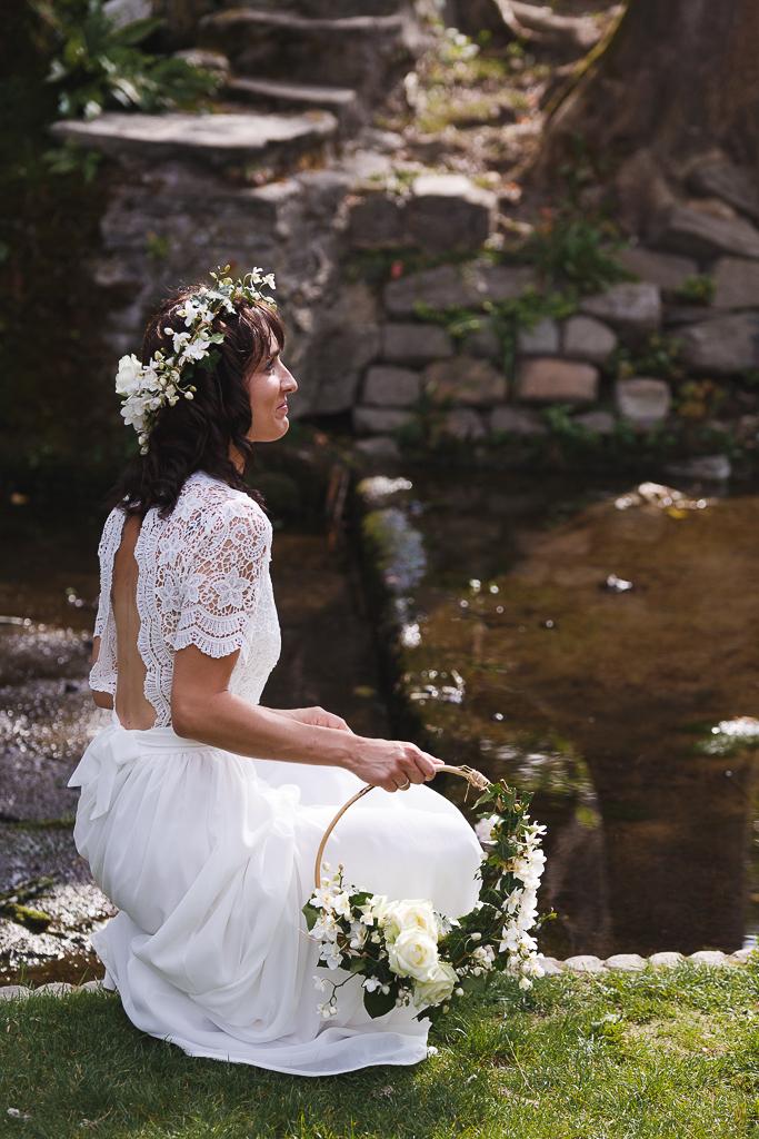mariée au bord de l eau couronne lierre fleurs blanches et flower hoop