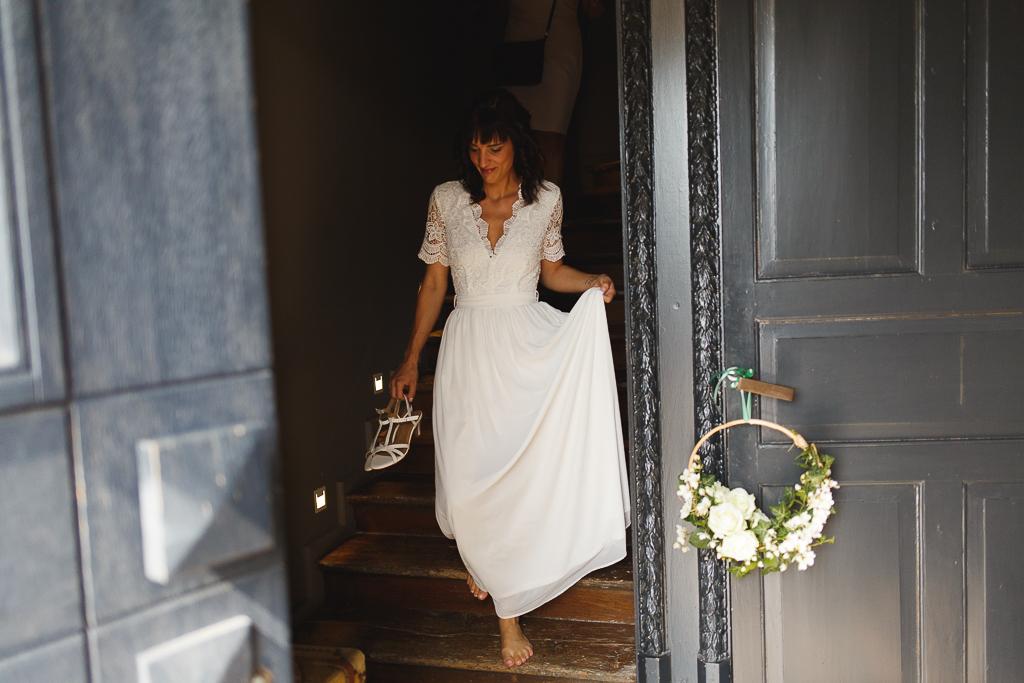 La mariée descend les escaliers de la gentilhommière à Tournai. Reportage photo mariage Fred LAURENT photographe à Wambrechies.