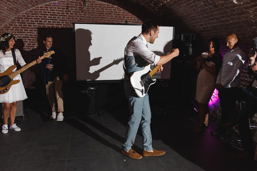 soirée rock le marié à la guitare. reportage photo mariage