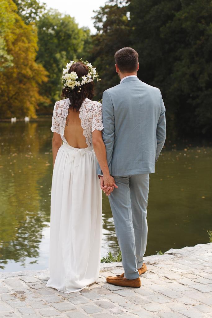 mariés de dos face a l étang séance couple proche Tournai. Photographe mariage Fred LAURENT