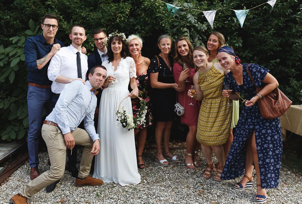 Portrait de groupe vin d'honneur en extérieur équipement photographe mariage