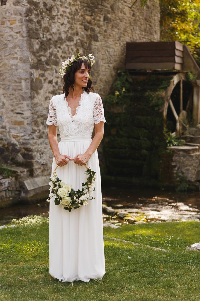 portrait mariée robe longue fluide cerceau fleurs couronne florale devant moulin