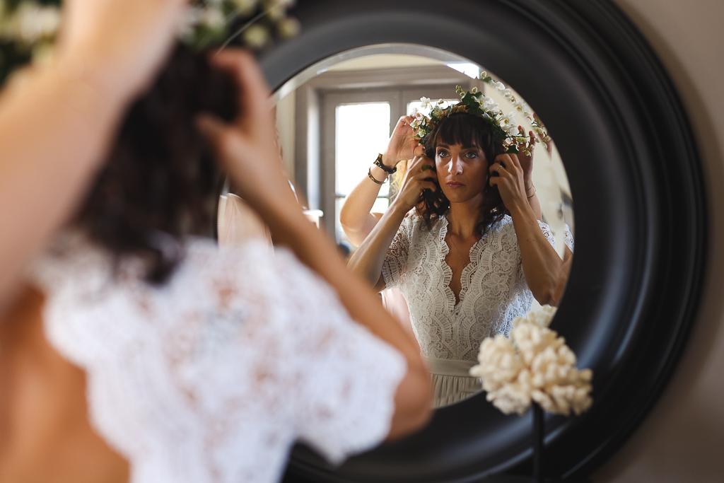 préparatifs de la mariée couronne de fleurs miroir face au miroir. Portraits de mariages Belgique.