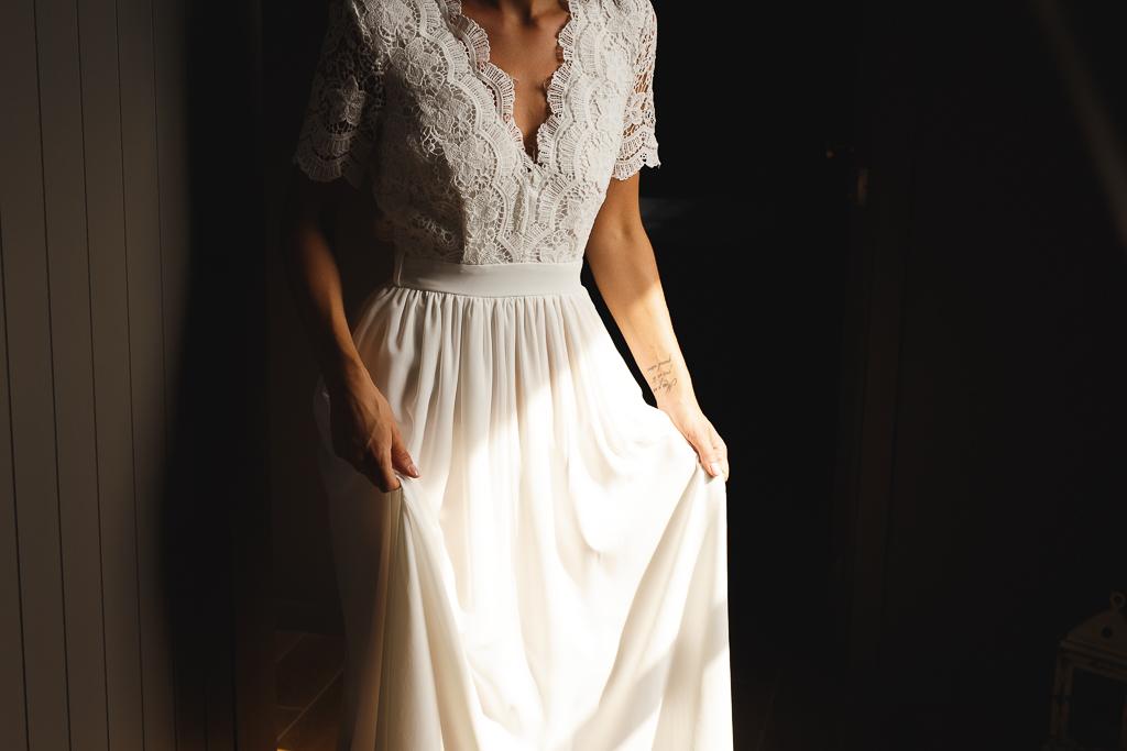 Habillage de la mariée dans la lumière