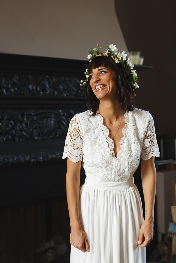 rire mariée robe dentelle couronne lierre fleurs blanches mariage champêtre