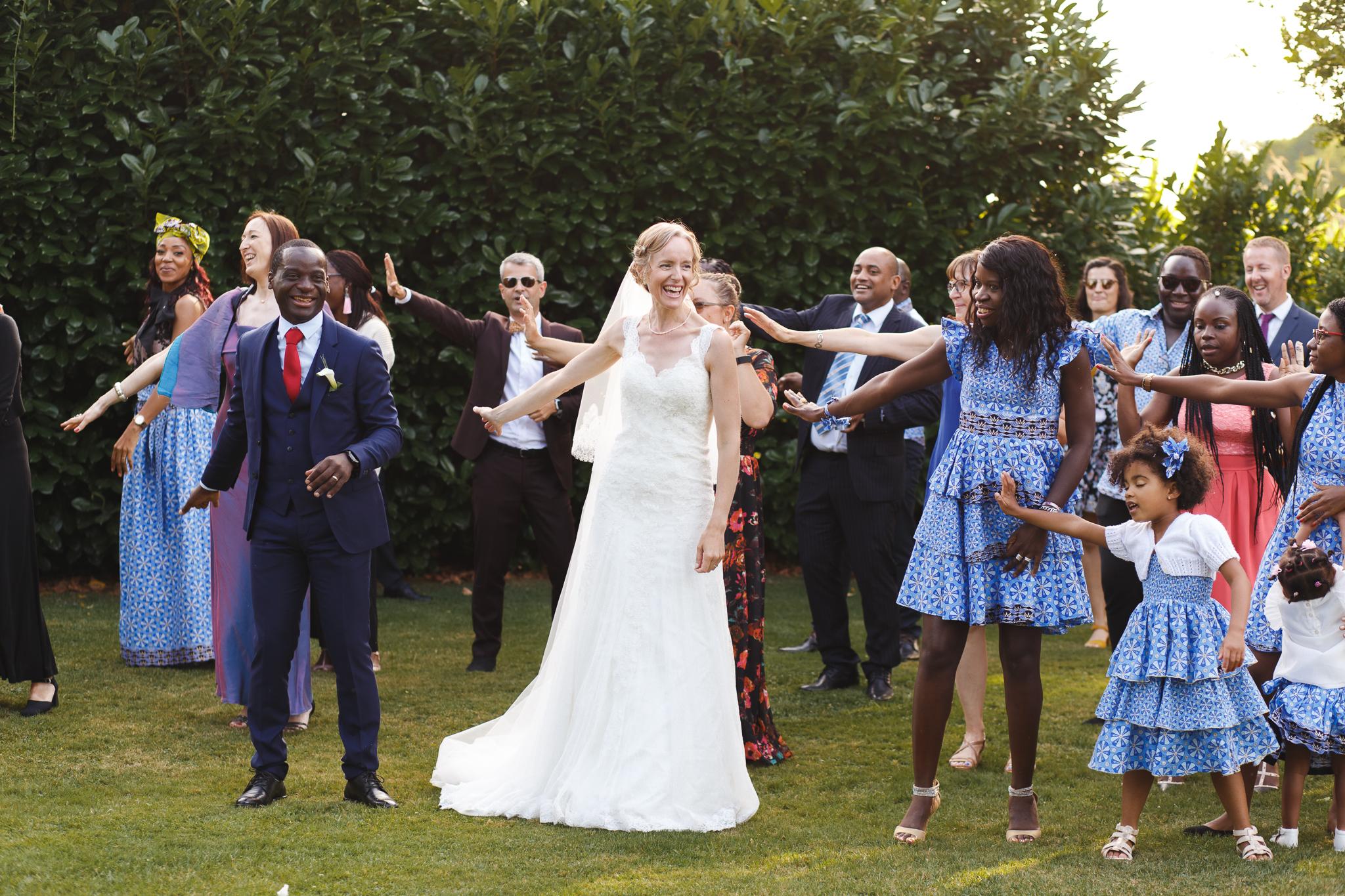 mariés et invités dansent au Domaine de la Chanterelle Verlinghem - photographe mariage Wambrechies La Madeleine Nord