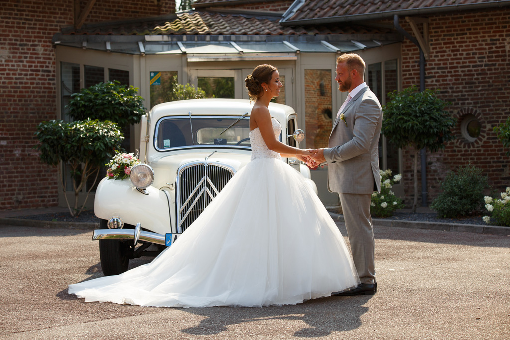 portrait mariés devant traction voiture collection blanche cour Clos de la Source Hem - photographe mariage Carvin Lille Roubaix Tourcoing Hauts de France