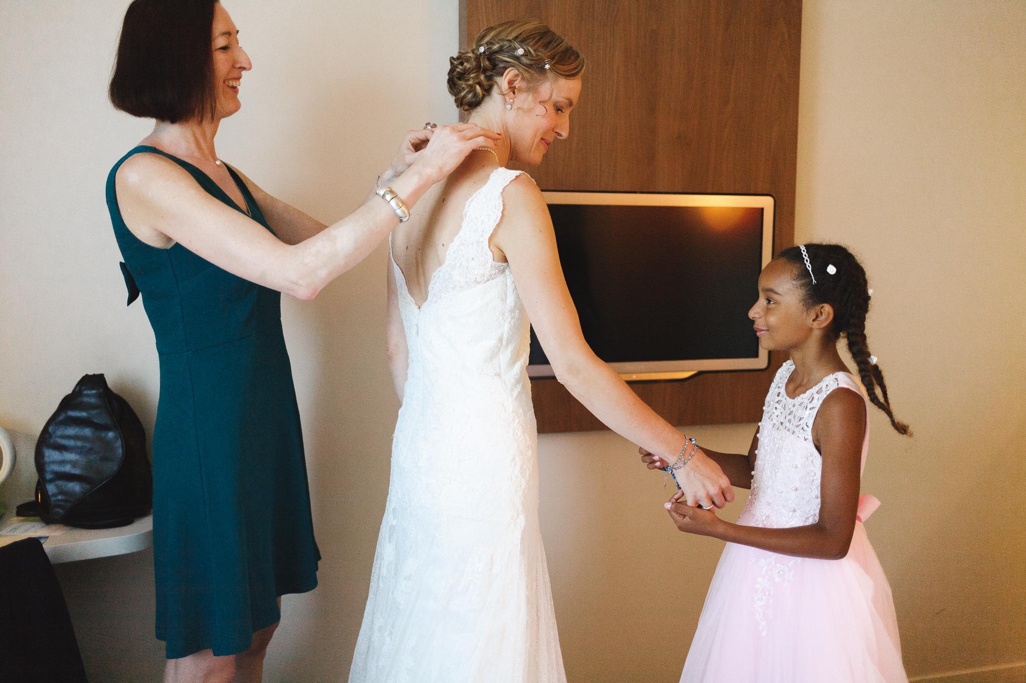 préparatif de la mariée habillage avec proches - photographe mariage Lille La Madeleine Verlinghem Nord Hauts de France
