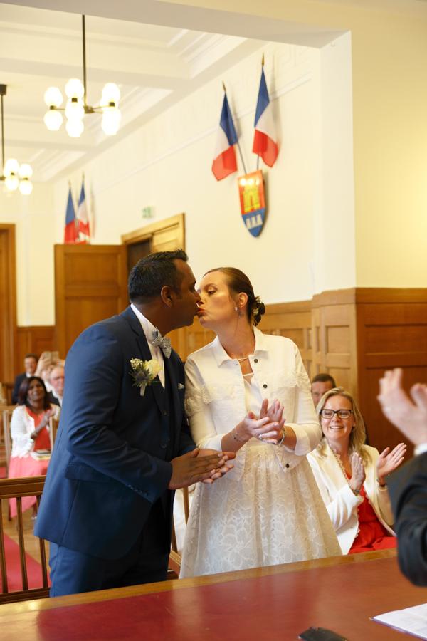 bisou des mariés applaudissement mairie métropole Lilloise Nord photographe mariage Saint-André