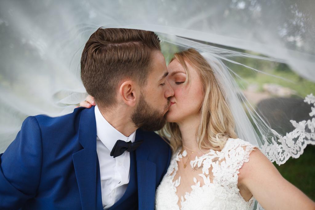 bisou sous le voile mariés séance après mariage photographe Lille Nord Wambrechies