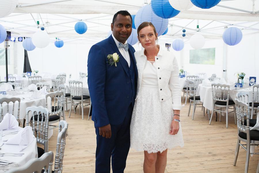 couple mariés réception sous chapiteau dans jardin lampions tables photographe mariage Wambrechies