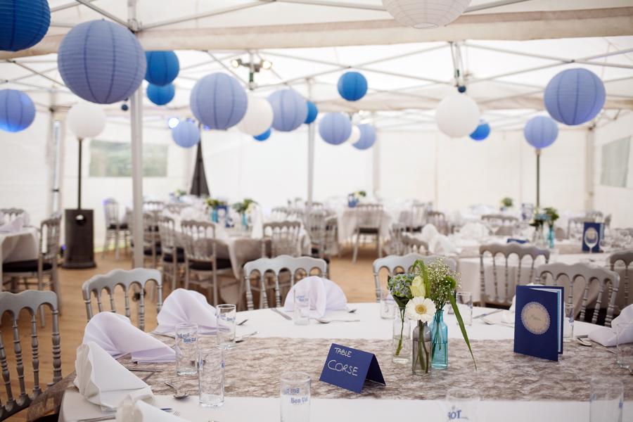idée déco réception mariage sous chapiteau lampions couleurs blanc tons bleus table d'invités