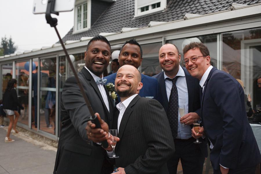 invités mariage et mari prennent selfie photographe mariage Armentières