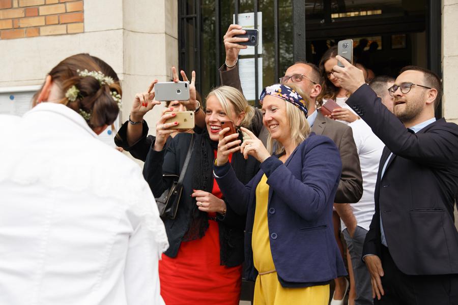 invités mariage photos avec smartphones