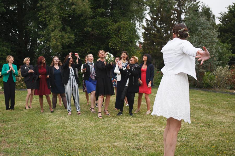 lancer du bouquet de la marié dans jardin photographe mariage Nord