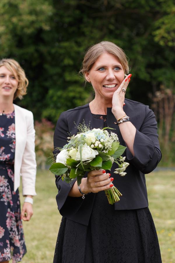 l'heureuse gagnante du lancer du bouquet de la mariée reportage photo mariage Nord Armentières