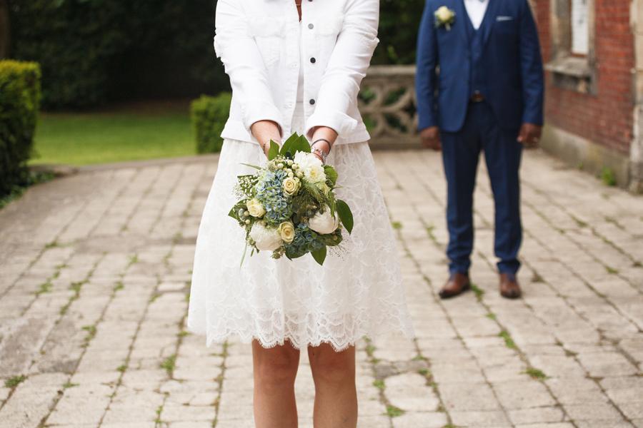 mariée avec bouquet de mariée printemps rose pivoine hortensia feuillage photographe mariage Saint-André-lez-Lille