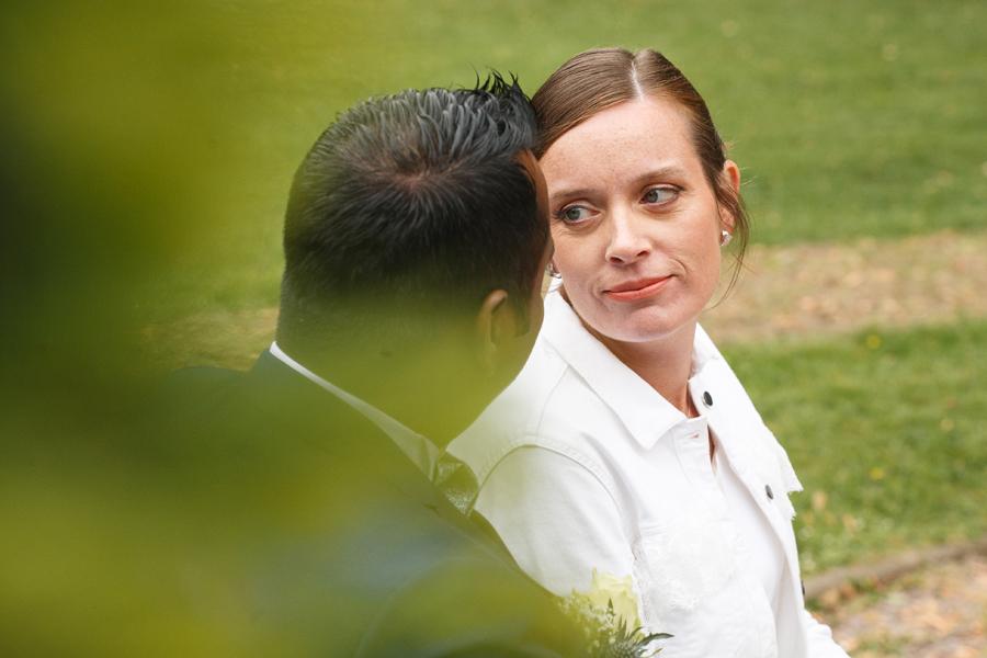 mariée regarde mari assis sur banc photographe mariage Wambrechies Nord