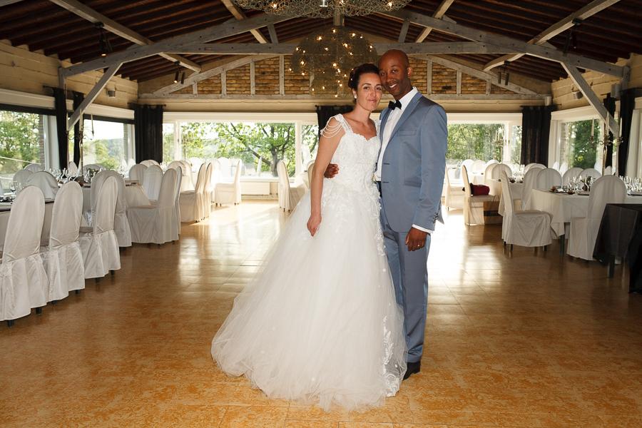 mariés dans salle de réception Molenhof Mont Rouge proche Lille photographe mariage