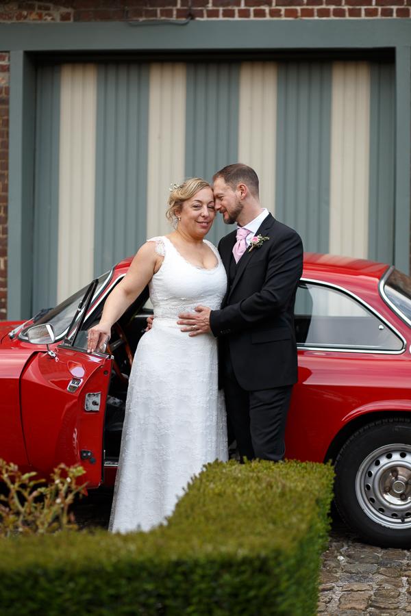 mariage voiture rouge au Domaine de Ronceval à Dottignies