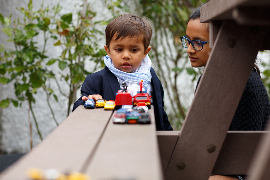petit garçon avec voitures et jeune fille portrait sur le vif photographe mariage et famille Nord