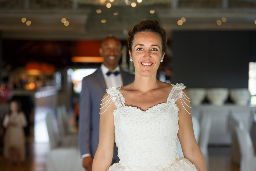 photo couple mariée premier plan mari arrière-plan salle réception mariage photographe Nord et Belgique proche Lille