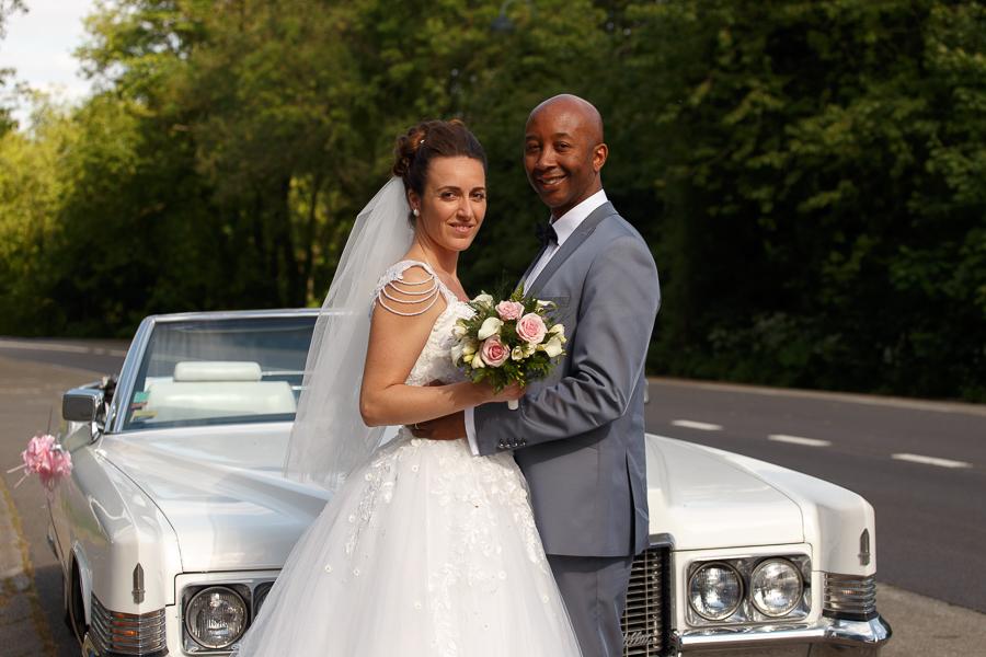 photo de couple de mariés avec Cadillac reportage mariage franco-américain Mont Noir Mont Rouge Flandres proche Lille