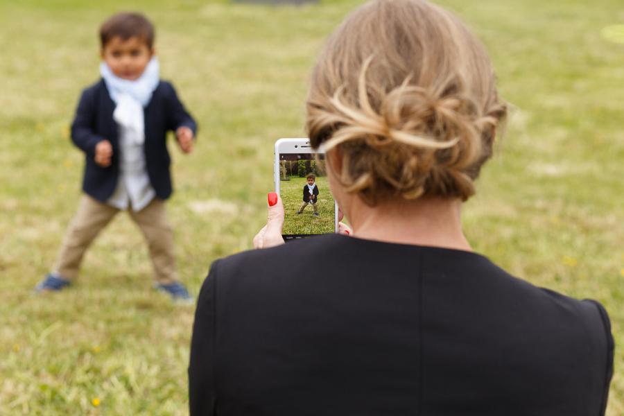 photo enfant dans smartphone pendant vin d honneur mariage Nord